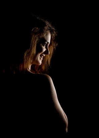Elegante Kurven des weiblichen Schultern und Nacken, Rotes Haar Mädchen auf einem dunklen Hintergrund