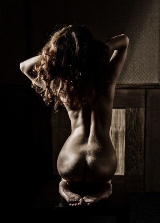 Curve eleganti di spalle femminili e collo, Rossa ragazza su uno sfondo scuro Archivio Fotografico - 72168572