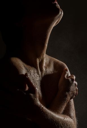 Sexy nackte weibliche Hals und Schultern mit Wassertropfen auf einem schwarzen Hintergrund. Standard-Bild - 90023594