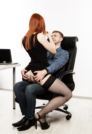 segretaria sexy che flirta con il capo sul posto di lavoro. molestie sessuali e concetto di abusi d'ufficio