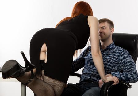 secretaria coqueteando con el jefe en el lugar de trabajo. concepto de acoso y abuso de oficina