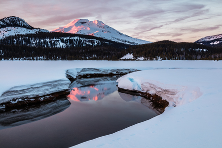South Sister Reflected in Soda Creek at Sunrise, Deschutes National Forest, Oregon 版權商用圖片