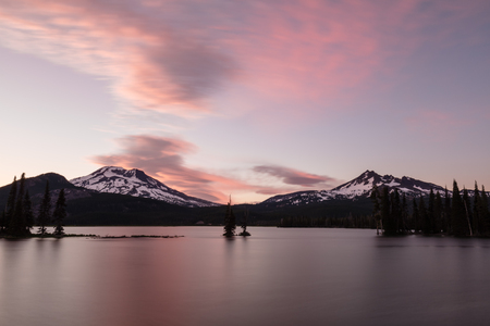 Sparks Lake and Broken Top with a Pink and Blue Sky, Deschutes National Forest Reklamní fotografie