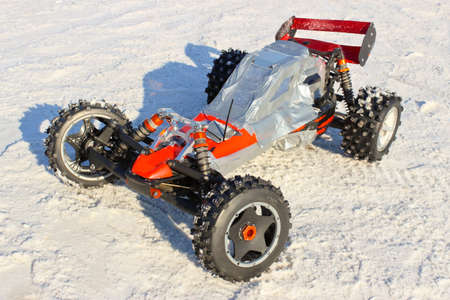 pilotage: Radio-controlled model racing car with a gasoline engine in the snow