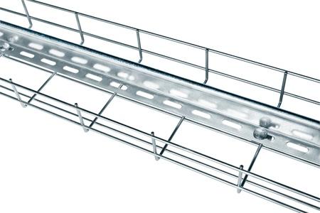 tabique: Alambre de metal de la bandeja de cable de instalaci�n de los cables portadores de corriente con una partici�n de hojalata Foto de archivo
