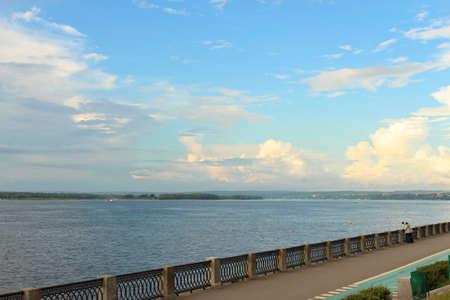 przewidywanie: Zobacz na nasypie Volga w Samara, letni dzień w oczekiwaniu na burzę Zdjęcie Seryjne