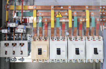 circuitos electricos: De baja tensión gabinete de control eléctrico a la corriente de alta potencia