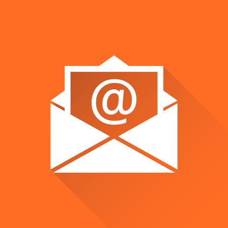 メールの封筒のアイコン ベクトル長い影とオレンジ色の背景に分離します。メールのフラットのベクトル図のシンボル。