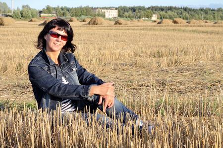 femme assise: Femme assise sur le terrain