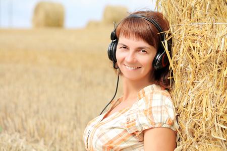 woman wearing headphones 版權商用圖片