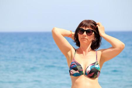 mujer en la playa del mar