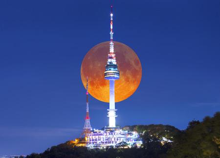 서울, 한국에서 밤에 서울 타워와 슈퍼 보름달. 스톡 콘텐츠 - 98271283