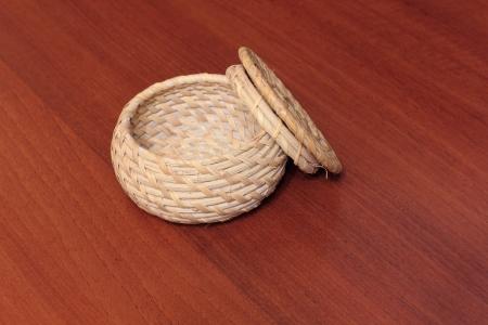 objetos de la casa: Recipiente de mimbre con una tapa para el almacenamiento de cualquier art�culo, adornos, objetos diversos de uso dom�stico Foto de archivo