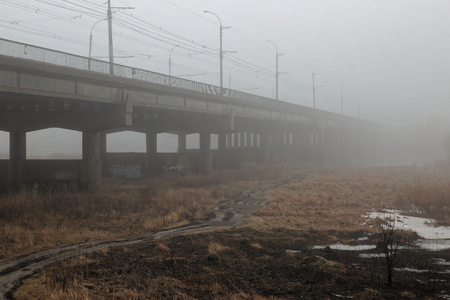 Misty bridge.After the time has elapsed, the density of fog under the bridge is gradually diluted and melts.