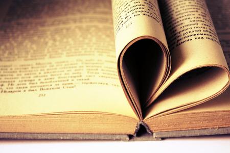 향수 빈티지 복고풍 세피아 농촌 스타일 심장 모양의 도서 페이지에서 스톡 콘텐츠