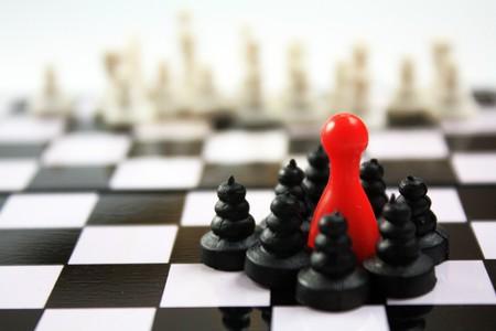 Schöne Schachfiguren und rotes Ludo-Figürchenkonzept für viele Themen. Führung, Verteidigung, Wettbewerb, Einfluss, Regierung ...