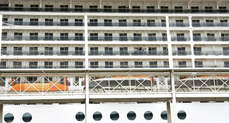 literas: Frente a las ventanas y balcones de un transatl�ntico en el puerto de Barcelona