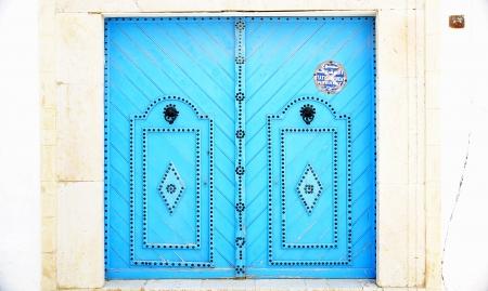 edificación: Puerta azul en una casa en Sidi Bou Said, T�nez Editorial