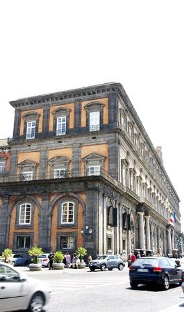 edificación: La construcci�n de la plaza del Plebiscito en N�poles, Italia Editorial