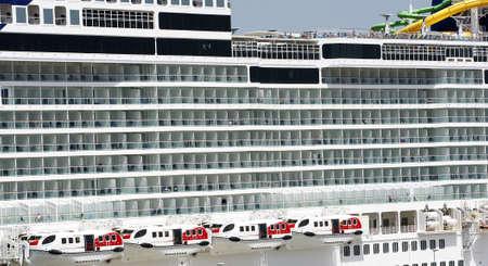 kojen: Vor den Fenstern und Balkonen einer Kreuzfahrt Lizenzfreie Bilder