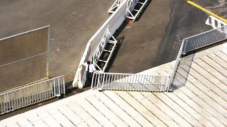 no pase: Man cerrar el acceso con vallas en G�nova, Italia Foto de archivo