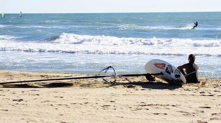 kitesurf: Waiting for the moment to practise kitesurf in Castelldefels, Barcelona