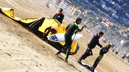 kitesurf: Preparing itself to practise kitesurf in Castelldefels, Barcelona