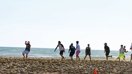 flying disc: Championship of flying disc in Castelldefels s beach, Barcelona