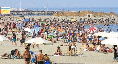 moltitudine: Moltitudine in una spiaggia di Barcellona Editoriali