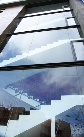 edificación: Frente de cristal de un edificio en Barcelona