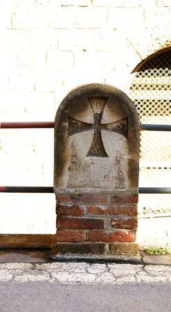 teutonic: Pilastro con croce teutonica e rotaia di una strada di recinto ospitale San Paolo s, Barcellona Editoriali