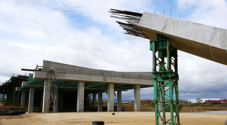 provisional: Provisional support for column of concrete in the construction of a bridge