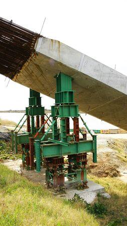 provisional: Apoyo provisional para la columna de hormig�n en la construcci�n de un puente Foto de archivo