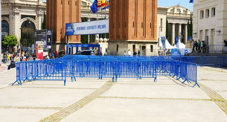 no pase: Vallas azules en la Plaza de Espa�a en Barcelona