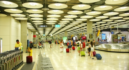 crowd tail: Inside Terminal 4 of Barajas airport in Madrid