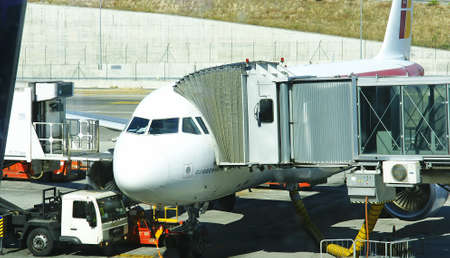 runways: Airplane connected to the finger to be shipped in Madrid Barajas Terminal 4