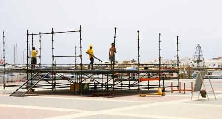 Montage: Arbeiter Montage einer B�hne in La Graciosa, Kanarische Inseln Lizenzfreie Bilder