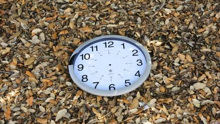 dead leaves: Broken reloj en las hojas muertas para fondos y texturas