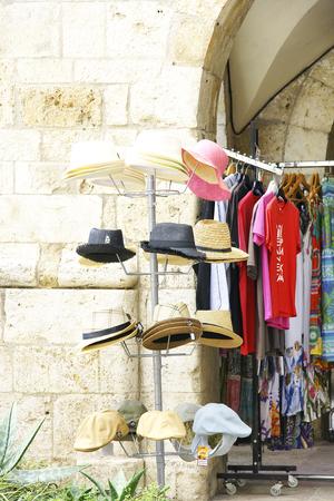 expositor: Expositor sombreros en Besal�, Girona, Catalu�a, Espa�a Foto de archivo