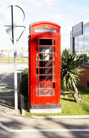 cabina telefonica: Cabina de tel�fono en el aeropuerto de Sabadell, Barcelona