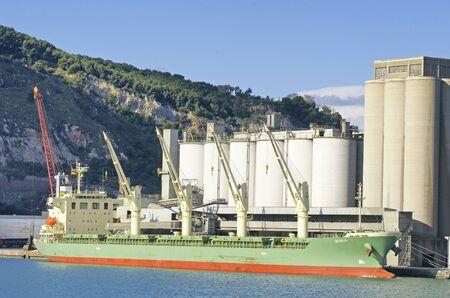 edificación: Carga Cargoboat en el puerto de Barcelona Foto de archivo