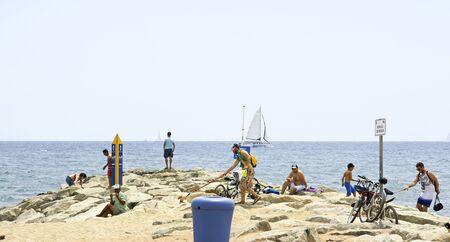no pase: La gente en el espig�n de la playa de Barcelona