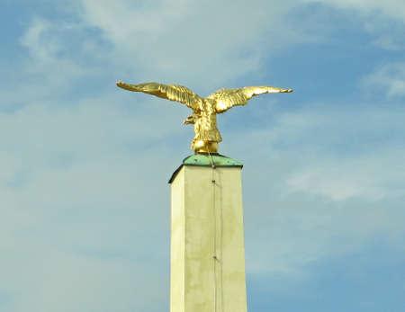 aguila real: Golden Eagle en el pedestal, Viena, Austria