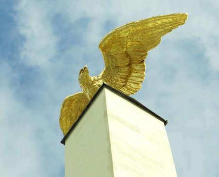 aguila dorada: Golden Eagle en el pedestal, Viena, Austria