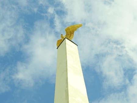 aguila real: Escultura de un águila de oro en Viena en Austria