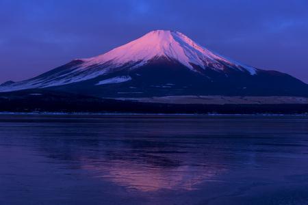 Yamanaka Lake Red Fuji Фото со стока