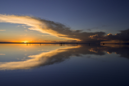 Sunset view of the salar de Uyuni Salt Lake 免版税图像