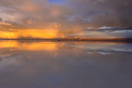 Sunset view of the salar de Uyuni Salt Lake Imagens
