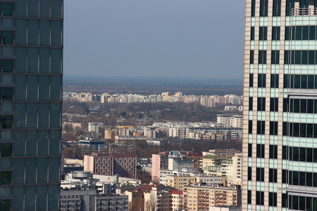 bird's-eye view of the city on Sunny day. modern and old buildings of the big city. building up to the horizon line 免版税图像