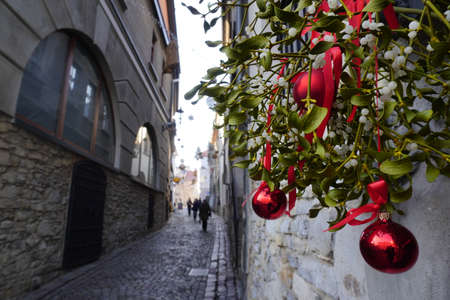 Christmas mistletoe-bough decorated for the holiday in England. Kissing Bough with red balls, evergreen boughs. The Tradition of Kissing Under the Mistletoe Banque d'images